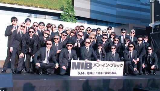 吉本坂46が歌舞伎町のド真ん中で「MIB」日本語吹替版主題歌を披露!