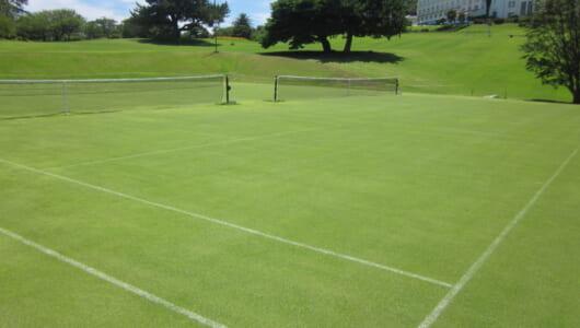 気分はウインブルドン! 数少ない日本の天然芝コートでテニスはいかが?