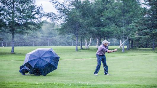 失敗しない 「ゴルフ用レインウェア」の選び方、4つのルールとオススメ5選