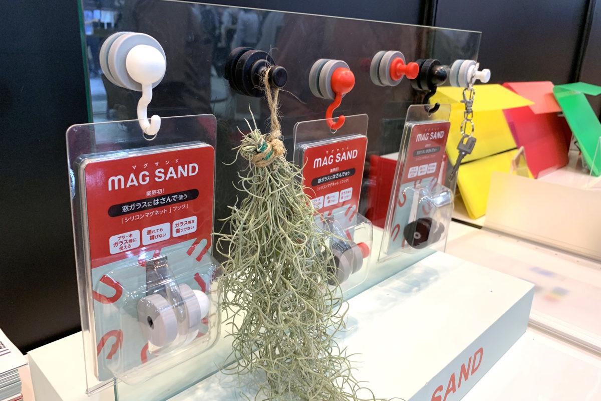 ↑同じく機能部門優秀賞のマグエバー「マグサンド」。ガラス面にもフックがくっつく