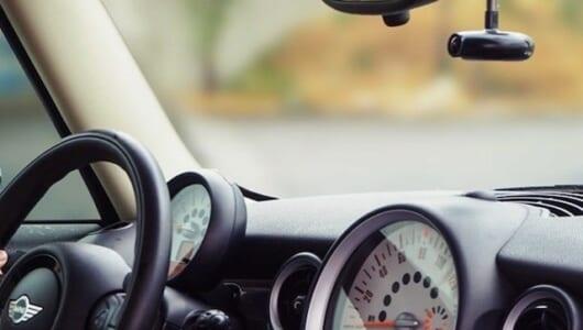 ドライブレコーダーにも「人工知能」! あおり運転や居眠りから身を守る「360度AIドライブレコーダー」、これは便利