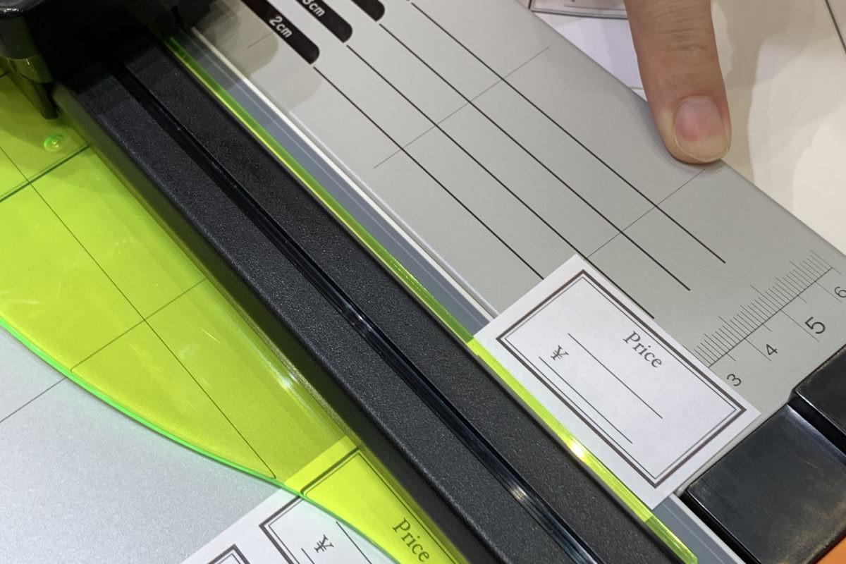 ↑カッターレール右側のボードには、断ち幅が測れる目盛り入り/ISOT