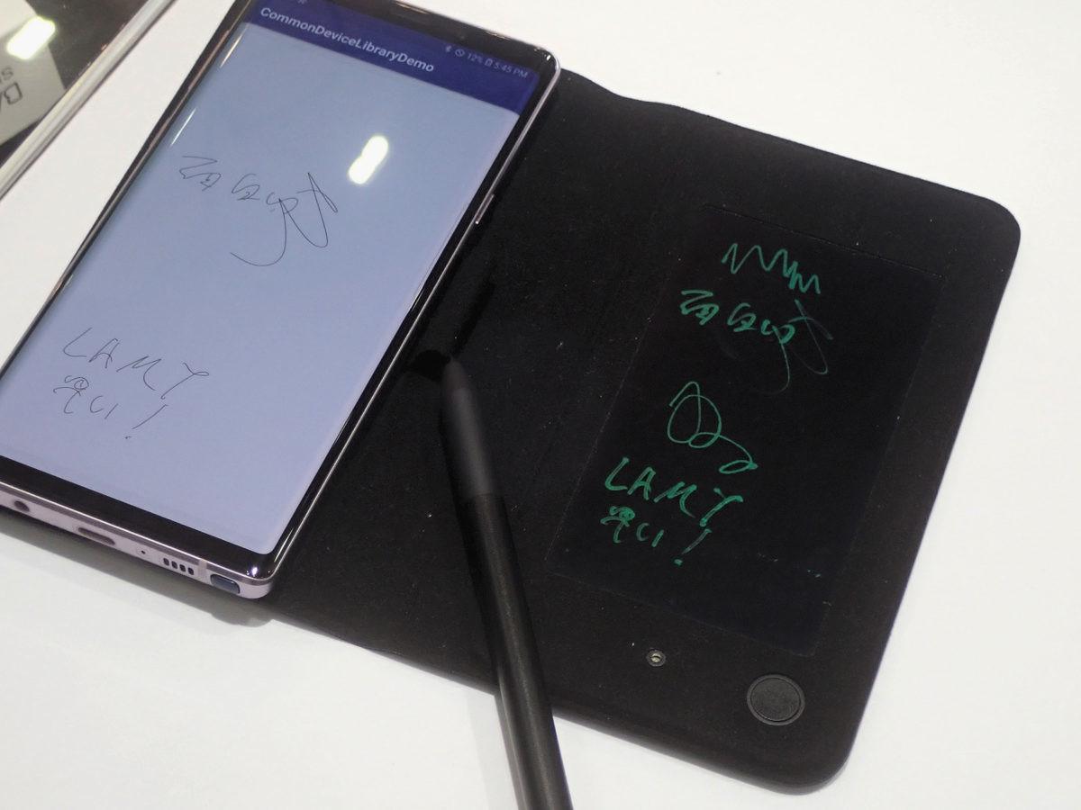 ↑ワコムのブースに展示されていた、新世代Bamboo Slateのプロトタイプ。右側のメモパッドに書いた内容が、Bluetoothで接続したスマホに送られる仕組み