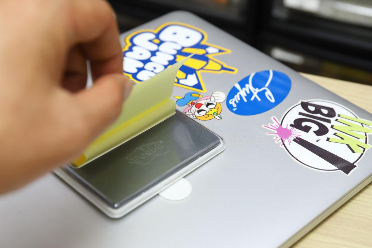 ]↑ノートPCにコマンドタブで貼り付ければ、ポップアップ最大の利点である「片手使用」が可能に。これは便利だ