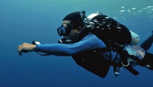 異次元の水中体験! イルカのように泳げる「ウェアラブル水中スクーター」が超よさそう