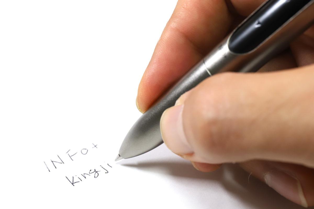↑けっこう重いが、書きにくさは感じない。それよりもグリップがやたらすべるので、ローレット加工でもされていると良かっただろう
