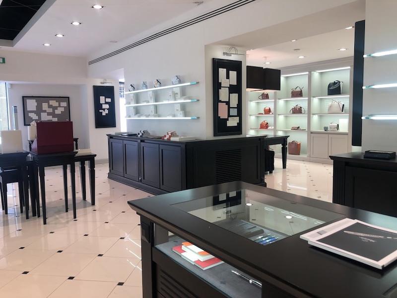 ↑フィレンツェにあるピナイダーの本店。店内には、万年筆やレターセットなどの文房具のほか、バッグやベルトなどの革製品が美しく並べられている