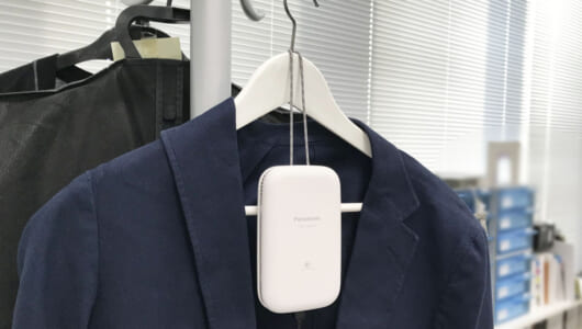 実はみんなが気にしてた「旅先で服がクサイ件」、ついに解決か。ハンガーに掛けるだけでいいコンパクト脱臭機