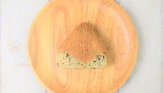 お寿司なのに中華の味わい?! ラー油・一味と相性バツグンなファミマの「高菜いなり寿司」
