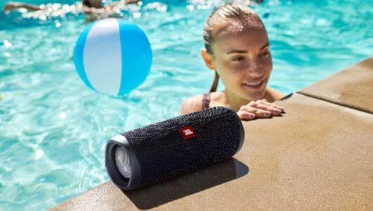 音がパワフルに進化! ペットボトル大の防水ワイヤレススピーカー「JBL FLIP5」
