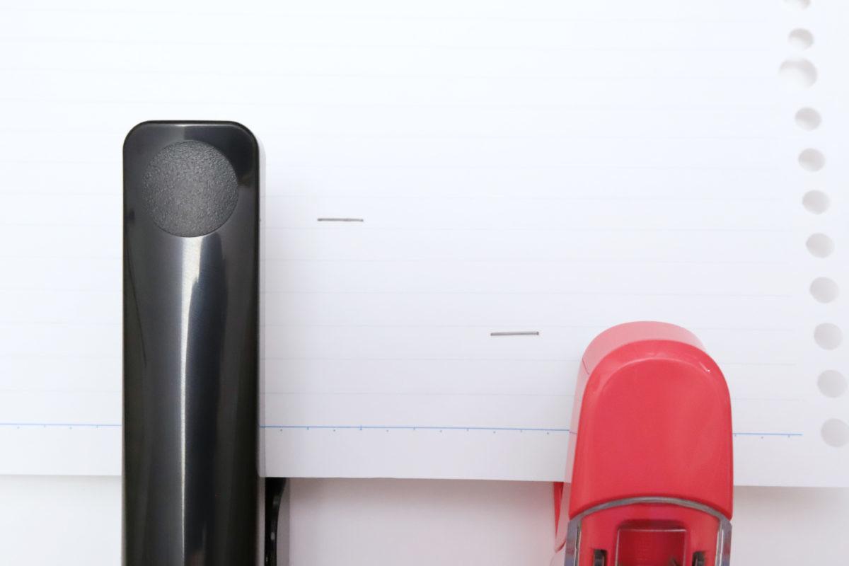 ↑サクリフラット(右)との奥行き比較。ぐいっと奥まで差し込んで留められるのは、意外と役に立つ