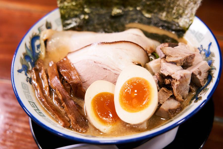 ↑「こく煮干し にぼめしセット」1150円を、手打ち麺でオーダー