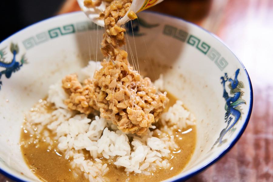 ↑残ったスープにライスとひきわり納豆を投入。意外な組み合わせだと思うが、パンチある煮干しの風味と納豆の香りが超絶マッチング。とろっとしたスープにネバっとした納豆ライスが絡み、煮干しの余韻が全体を包み込んでペロリとたいらげられる