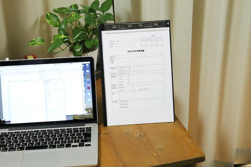 ↑ボードが自立すると、書見台として機能する。書類を見ながらの入力などに便利だ