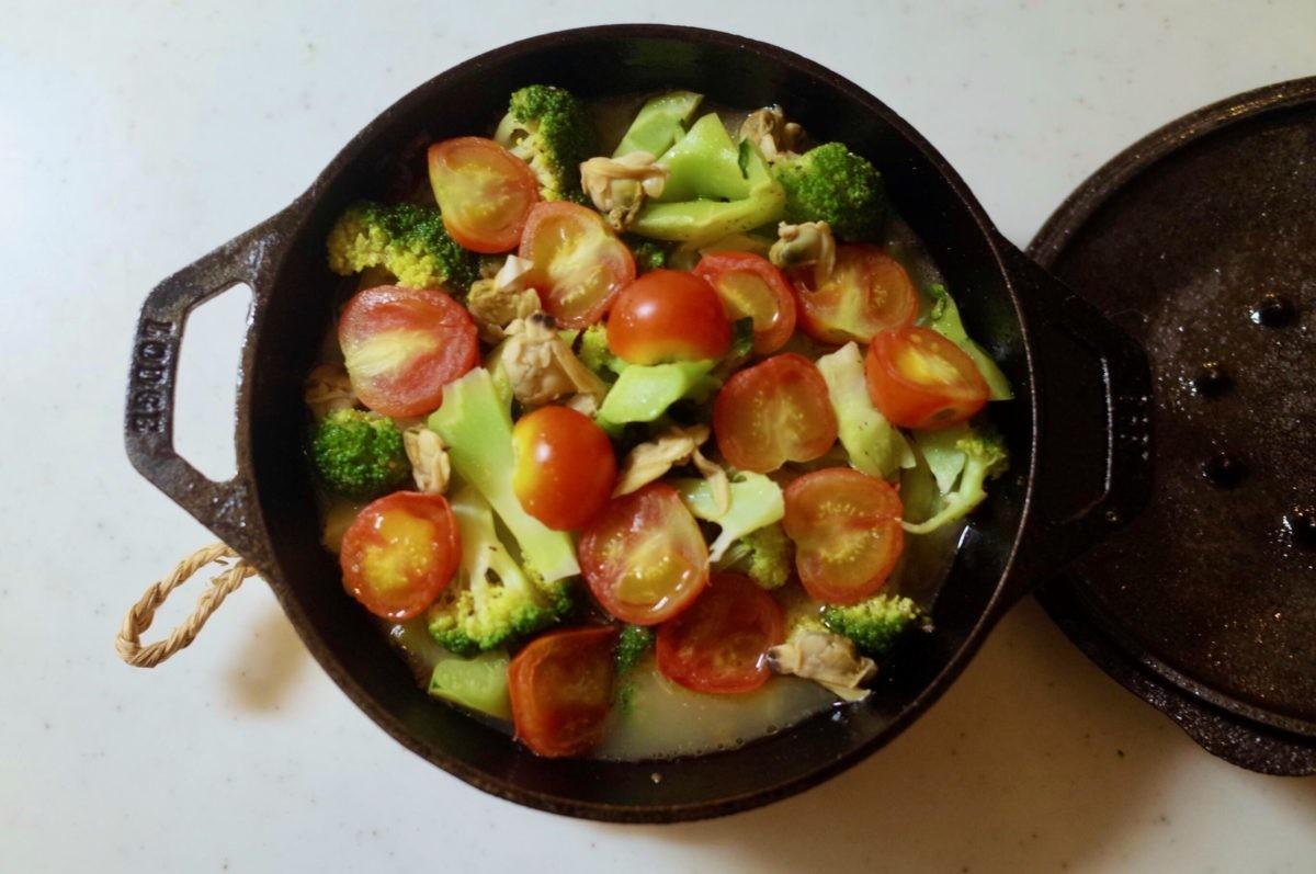 ↑鯛のアクアパッツァ。食材からしみ出した最高のスープは、深さのあるボウルパンだからこそしっかりと煮込める