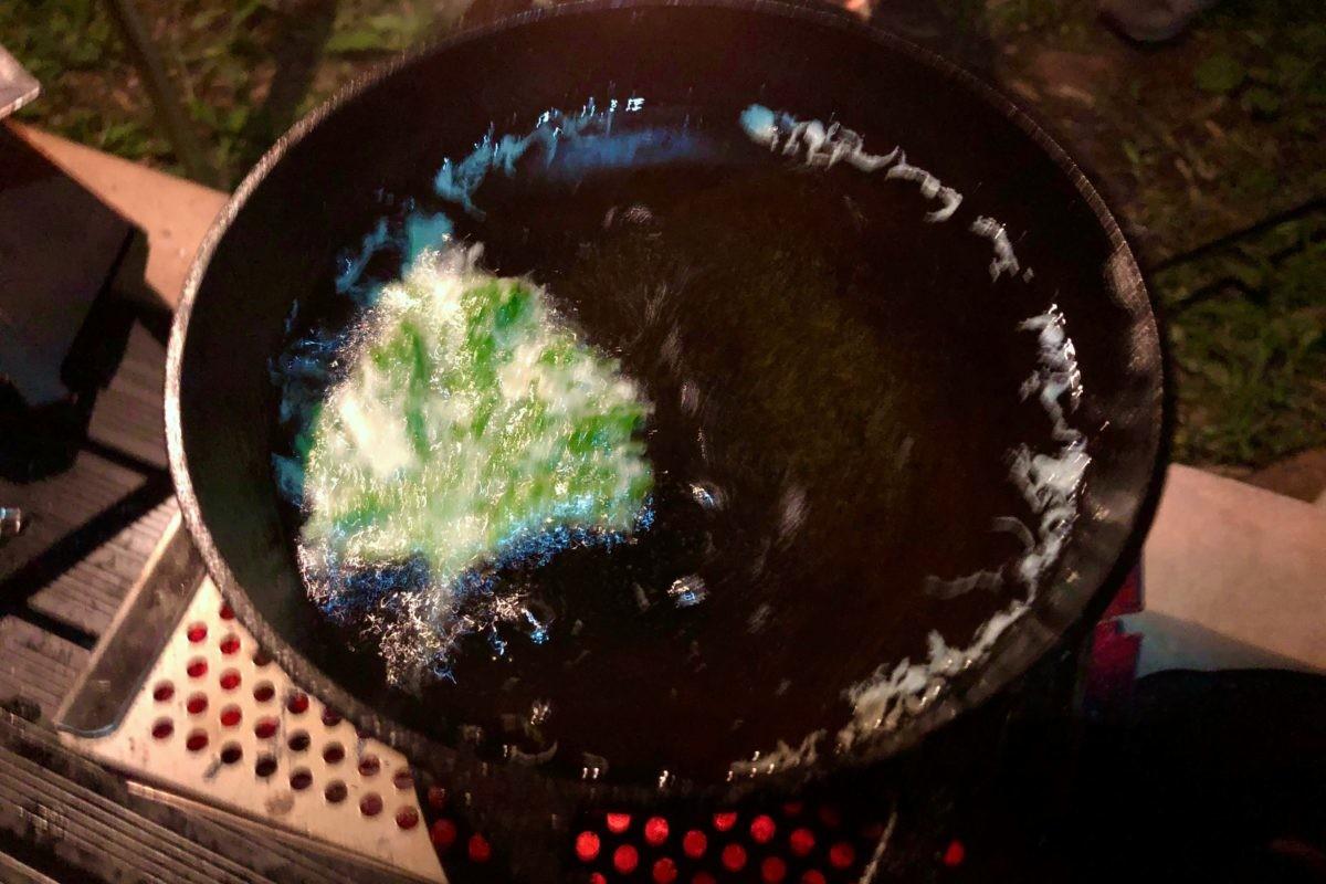 ↑大葉の天ぷら。キャンプでも揚げ物ができる秘密は、鍋の蓄熱性の高さと、鍋底が丸いため使う油が少なく済むということ