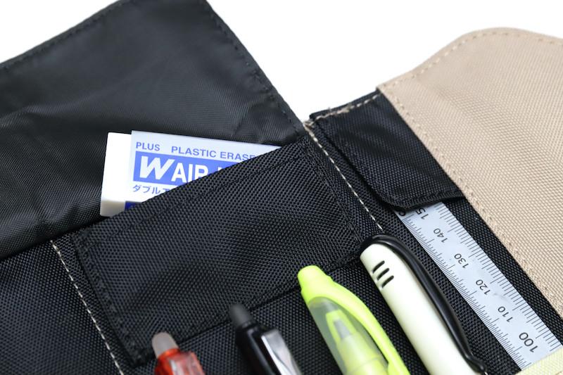 ↑従来のロールペンケースでは収納が難しかった消しゴムは、専用ポケットに