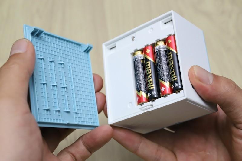 ↑手に持つとこれぐらいのサイズ感。単4形乾電池4本で駆動するので、電源コードを気にせずどこへでも持っていける
