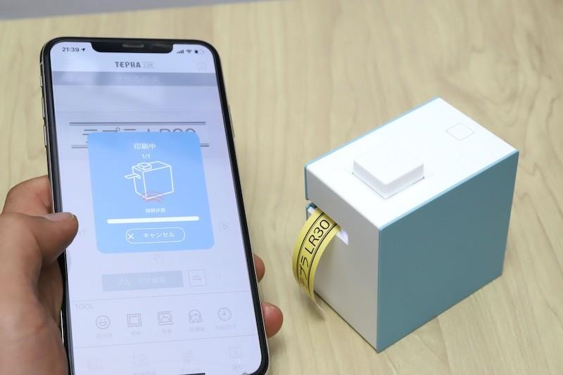 ↑ラベルのデザインができたら、本体の電源を入れて「プリント」ボタンをタップするだけ。面倒なペアリングなど不要だ