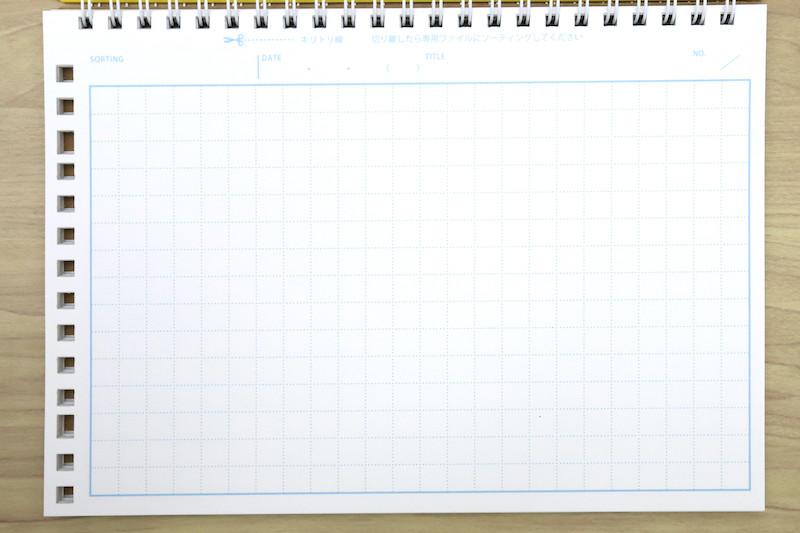 ↑リングノートの紙面は点線罫の8㎜方眼。天側にノート用のリング穴、左側にルーズリーフピッチ穴という、一見すると不思議な構成だ
