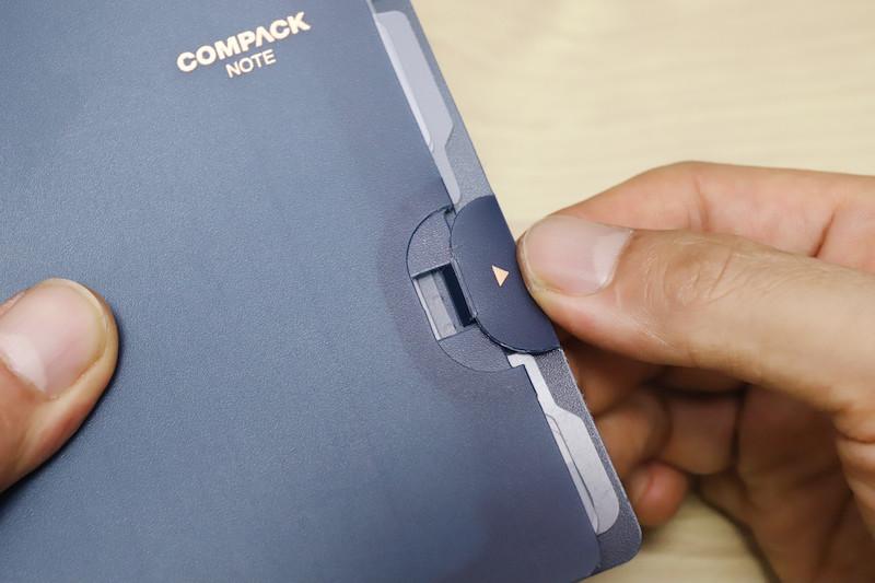 ↑表紙の切り欠きを差し込むことで固定されるストッパー。リングのツメと合わせて使えば、持ち運び中に勝手に表紙が開くことはなさそうだ