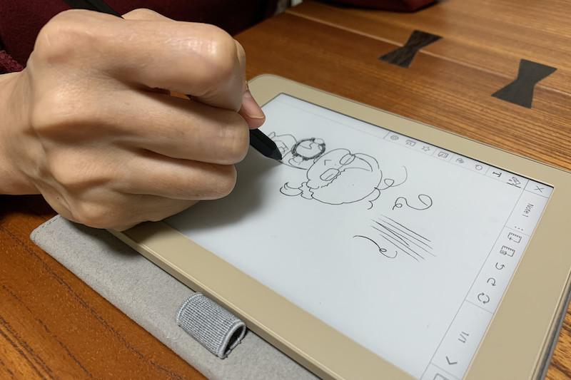 ↑日頃から液タブで漫画を描いている筆者の妻は、あっという間に慣れていた。「普通に書きやすいよ」とのこと