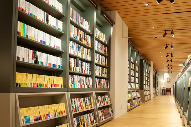 ↑書店コーナーの目玉ともいえる、通称「文学の廊下」。30mの大きな本棚には文芸作品だけが並ぶ