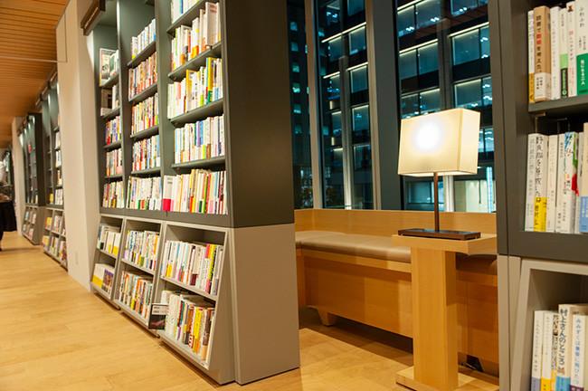 ↑店内には本が読めるスペースが多数用意されている。日本橋の景色が見える本棚裏の読書スペースは、隠れ家気分が楽しめる