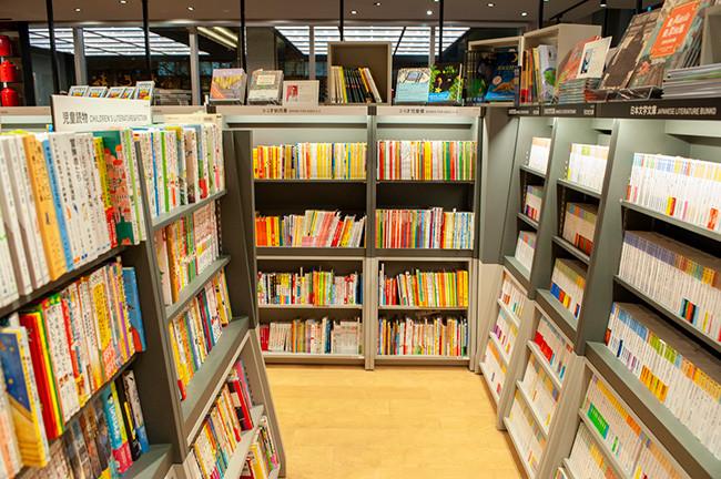 ↑児童書コーナーの隣に突如現れる時代小説の棚