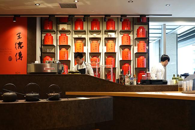 ↑王徳傳は赤い茶缶が目印。等級や産地、香り、積み方などで区別されたさまざまな茶葉が販売されている