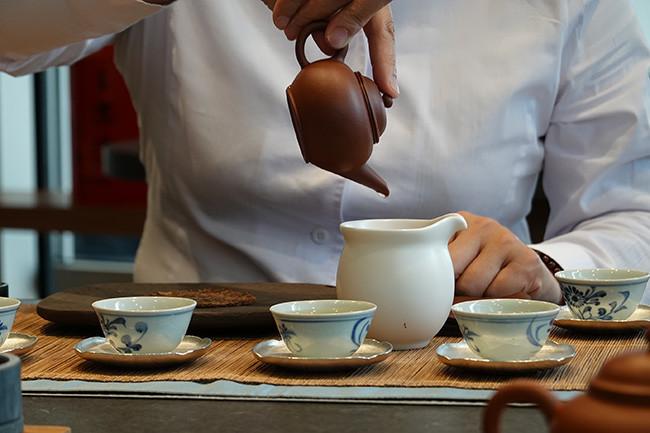 ↑お湯の温度や空気の含ませ方などをコントロールする茶師はまさにお茶のプロフェッショナル。淹れ方ひとつで味わいも大きく変わる