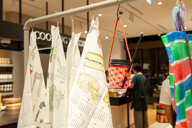 ↑お店で買ったドリンクを持ち運ぶドリンクホルダーや、チープ感がかわいらしいショッピングバッグなど、台湾ならではの雑貨が買える
