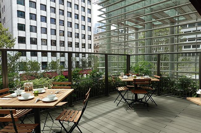 ↑晴れた日には、テラス席で日本橋の景色を眺めながら食事をいただこう