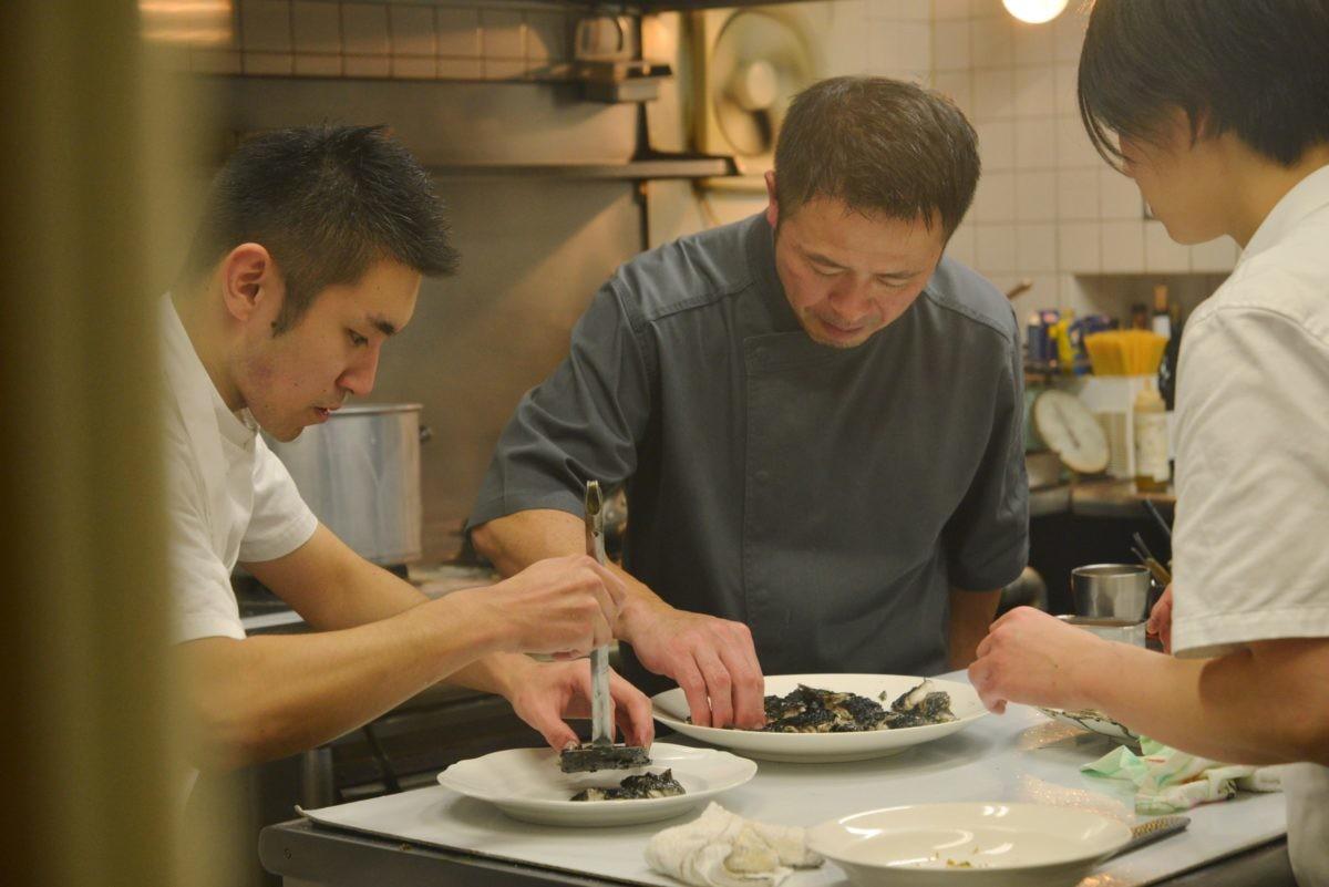 ↑小神野竜成さん(左)、岩井樹里さん(右)とのチームワークで日夜、絶品料理を作っています