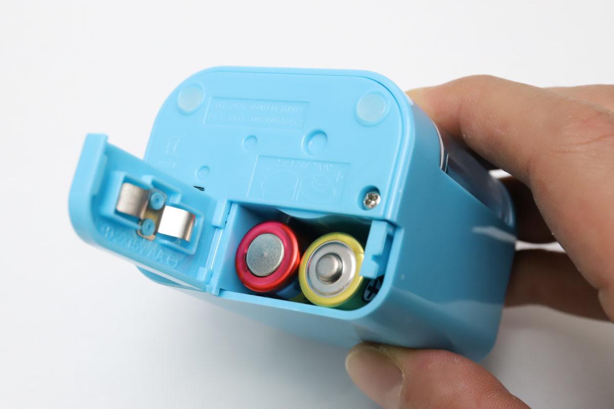 ↑電池は底部のスライドフタから脱着する