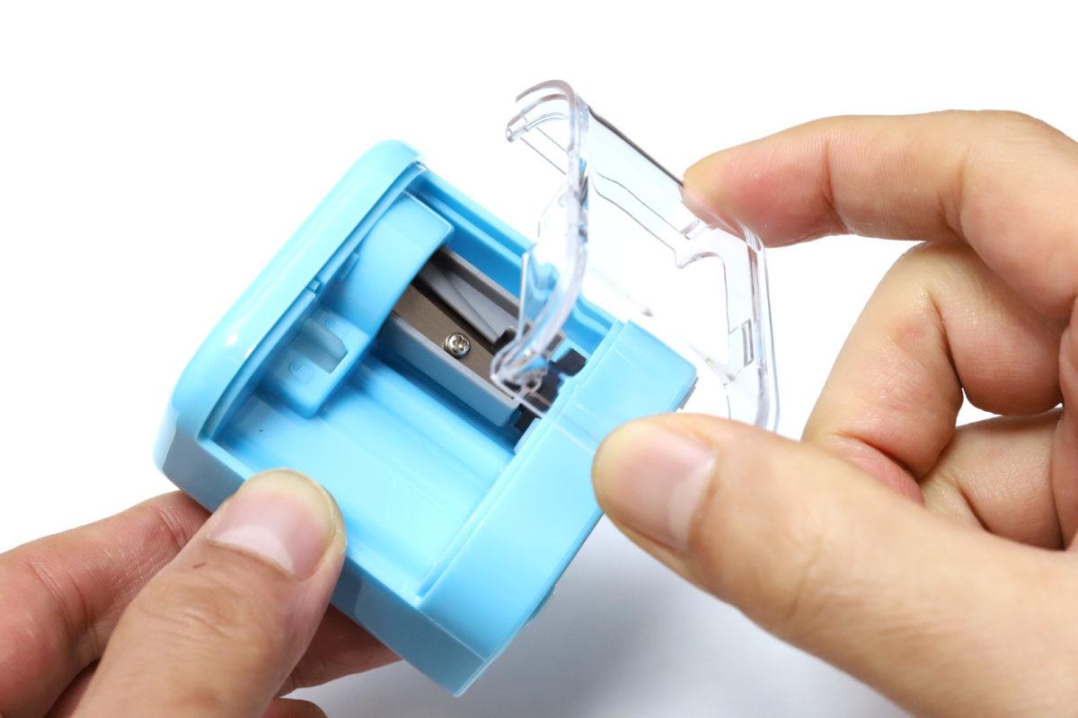 ↑パカッと簡単に開いてしまうカバー。携帯できるものだけに、できればロック機構は欲しかった