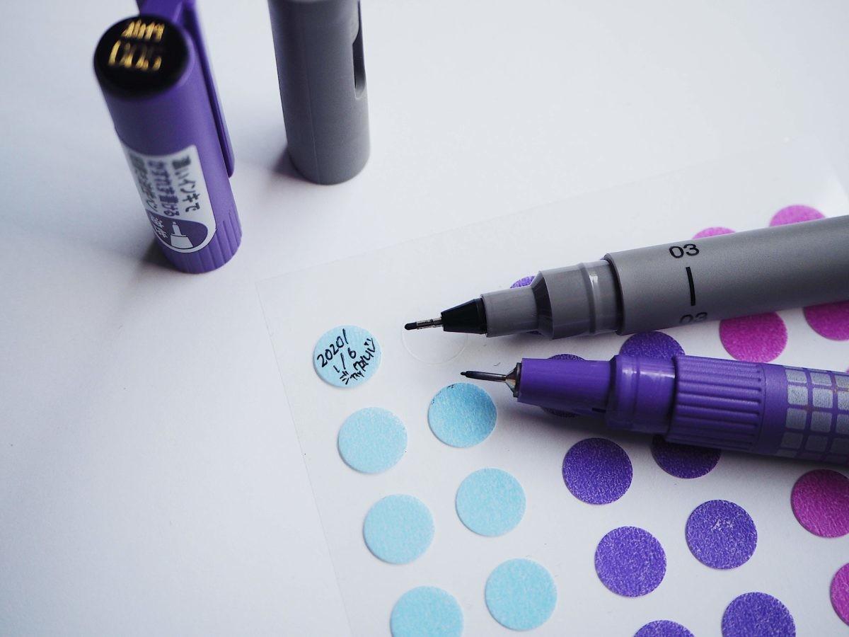 ↑0.05mmと極細の油性ペンで、小さなシールに滲まずくっきりと書き込める