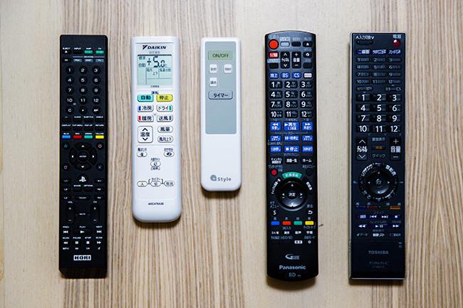 ↑スマートリモコンがあれば、家中の赤外線リモコンをまとめてスマートスピーカーに連携。現在、テレビ(「プレイステーション4」のリモコンも兼用)、レコーダ、エアコン、照明を置き換えています