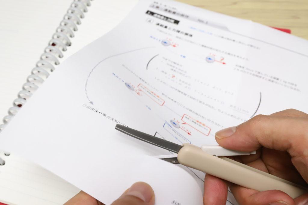 ↑コピー用紙1枚をサクッと切るなら、サクサポシェは非常に快適