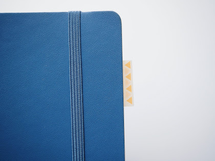 ↑ミシン目の部分を折り目として折り返してノートの端に貼り付け、インデックスとして活用