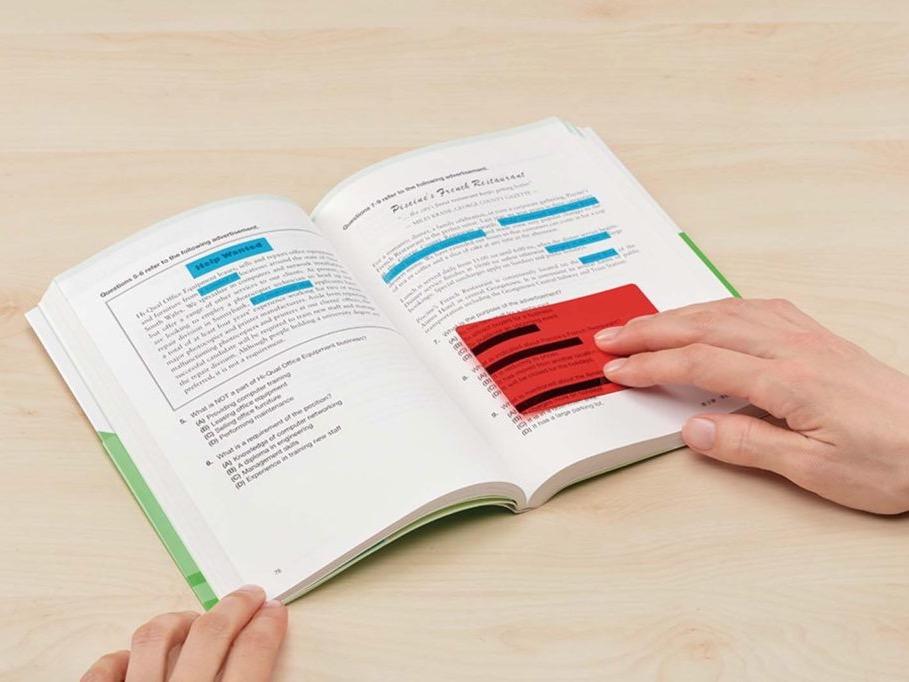↑覚えたい単語や文章の上に、マーカーで線を引く代わりに貼り付け、シートで覆って暗記できる。暗記できたら付箋をはがせば元通りだ