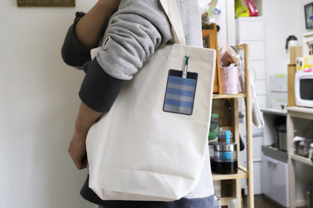 ↑トートバッグに貼ってみたところ。ボールペンなど厚みのあるものを入れても粘着が浮く気配はなく、充分に実用できそうだ