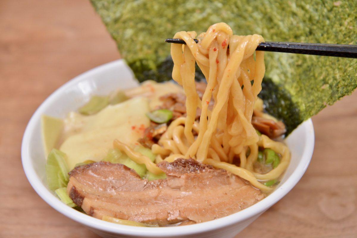↑太く、適度に縮れた麺も絶品。もっちりしていて、パワフルな凪のスープとよく絡む