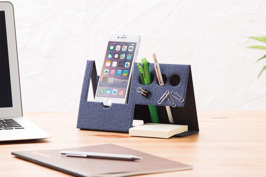 ↑マグネットを内蔵し、クリップなどの事務小物を貼り付けて保管でき、机の上が散らかるのを防止。PUレザーと芯材を使った堅牢な構造のため、持ち運び時に気を使わなくて良いのもうれしい