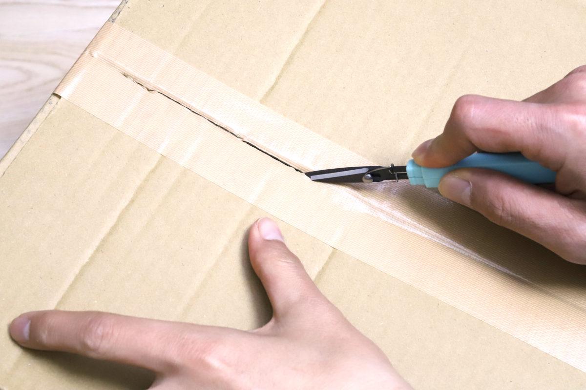 ↑ズレた刃の先端を合わせ目に刺して切り開く。気持ち良く切れる上、表面はフッ素コートが施されているので、ベタつく粘着材の付着もほぼなく快適