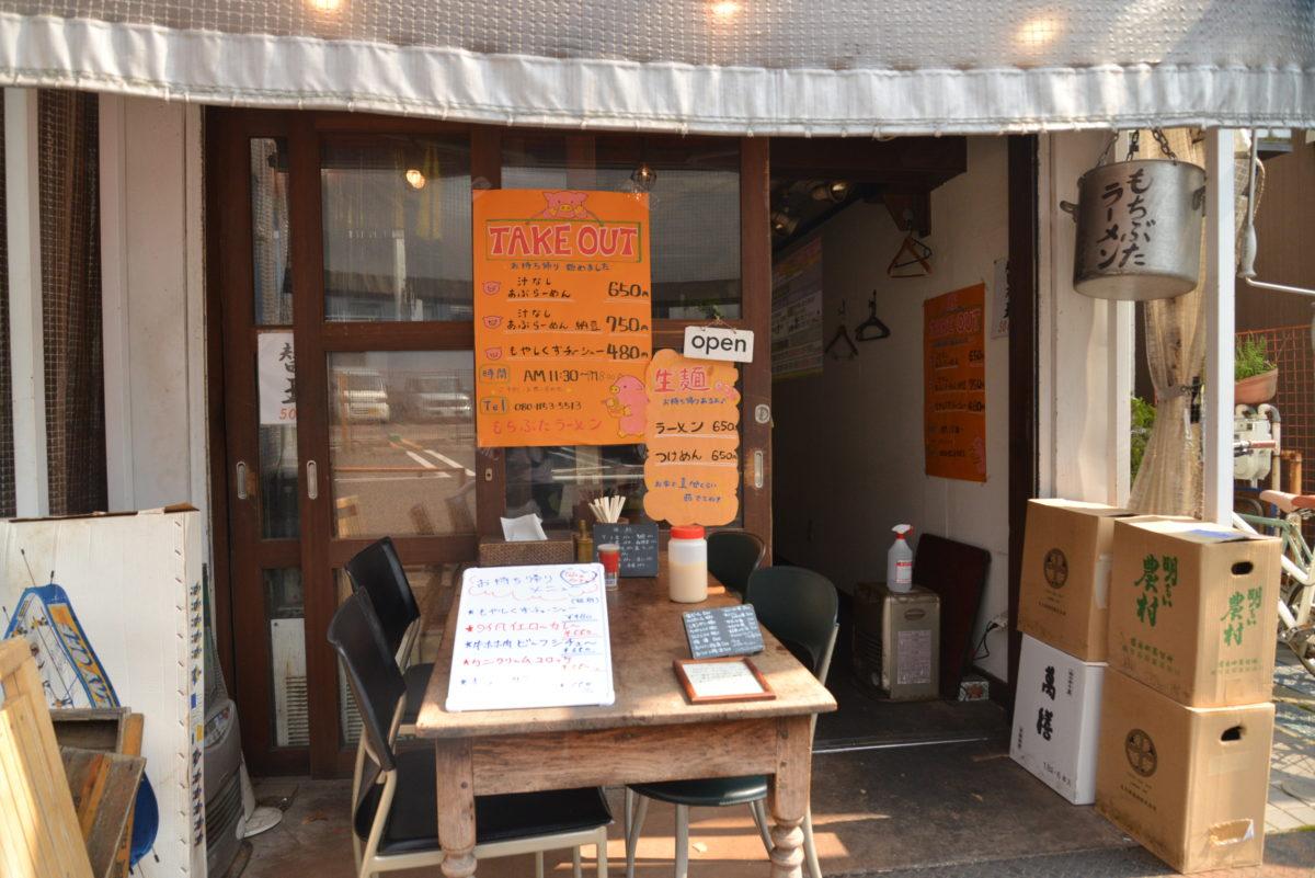 ↑「もちぶたラーメン 利田商店」は、下高井戸駅から徒歩1分ほどの場所にある。軒下のテラス席は以前からあり、ここで食事を楽しむのも手だ