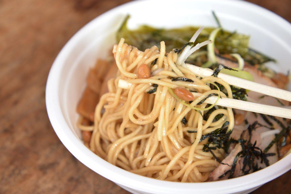 ↑加水率が低めのパツッとした細麺で、納豆とひとつになったトロトロのスープダレとよく絡む。ネギとのりが好アクセントになって、あぁ……ウマい!