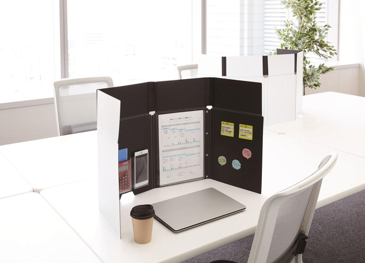 ↑書類や小物を入れるポケットや、付箋を貼るスペースを備え、使いやすいようにアレンジすれば、開くだけでマイオフィスが完成する。底部にはPCケーブルを通すための切り欠き加工も施されている。