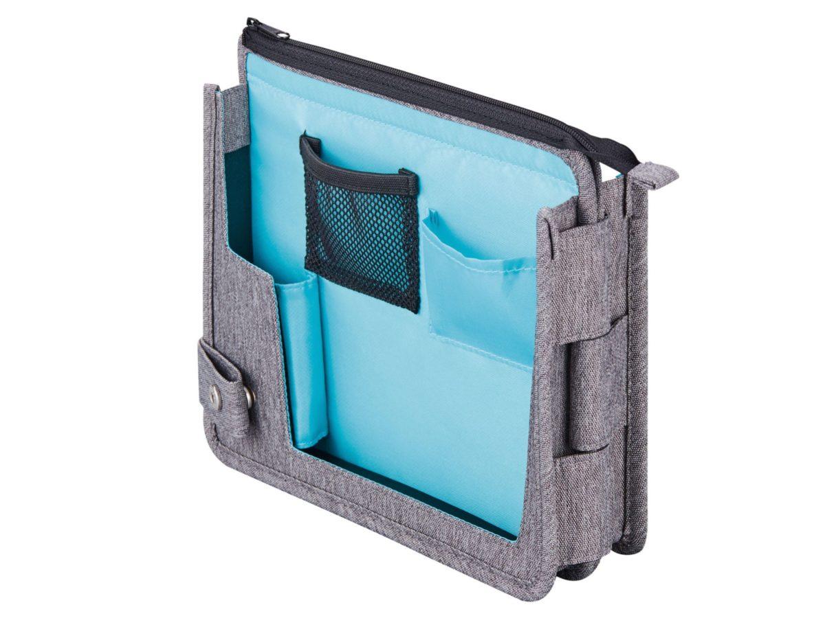 ↑収納物をホールドする伸縮素材のポケットを装備。持ち歩いても整理された状態を維持できるため、広げてすぐに作業を始められる。スマホスタンド付きで、テレビ会議にも最適だ。
