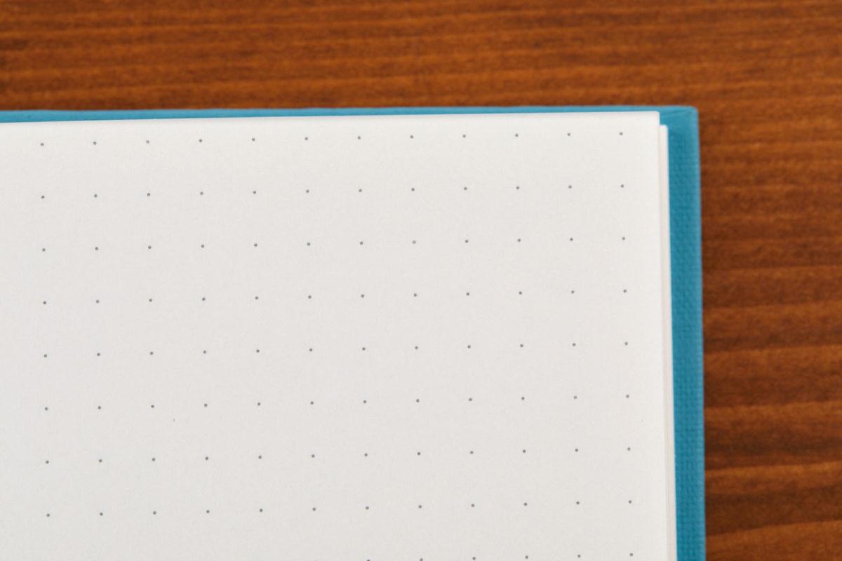 ↑中紙には、5mmのドット方眼罫を採用。シールや付箋をデコレーションするときの目印として機能する